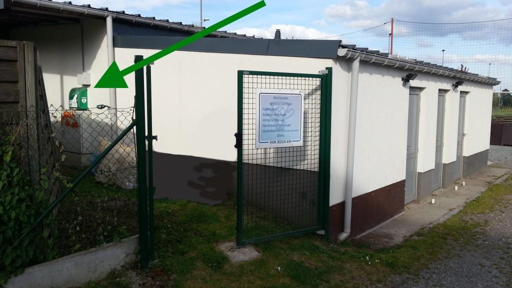 AED locatie naast de kleedkamers.